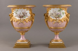 14.Antoine-Joseph Chappuis and Henry-François Vincent, Pair of garden vases with Chinese decorations, 1780.Porcelaine dure.Sèvres, pedestal in gilded and gilded bronze, XIXth century © RMN-Grand Palais (Palace of Versailles) .Christophe Fouin