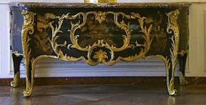 6.Commode à panneaux de laque du Japon et vernis parisien2. Livrée pour la chambre de Louis XV à Choisy en 1744, par l'ébéniste Antoine-Robert Gaudreaus.Versailles, ©musée national des châteaux de Versailles et de Trianon