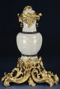 7.Fontaine à parfum2. Porcelaine.Chine,début de l'époque Qianlong (1736-1795).Bronze doré.Paris,vers 1743.© RMN- GP (Château de Versailles) - Daniel Arnaudet